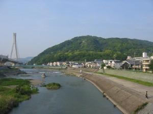 呉服橋(くれはばし:大阪府池田市と兵庫県川西市の境)からみた猪名川と五月山