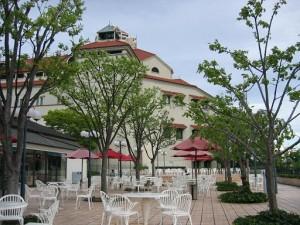 オープンカフェテラスから見た宝塚大劇場(兵庫県宝塚市)