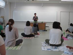 栗岡多恵子( 甲南女子大学 看護学科 D-PECボディワークの授業風景)